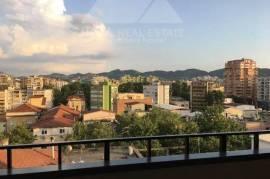 Ambient zyre me qera prane Qendres, ne Tirane, Qera