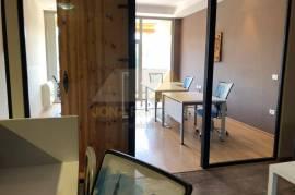 Ambient zyre me qera prane Gardes ne Tirane, Qera